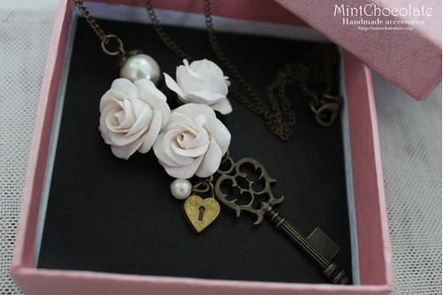 Vintage roses pendant